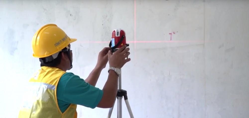 Sử dụng máy bắn laser lấy đường thẳng, đường ngang.