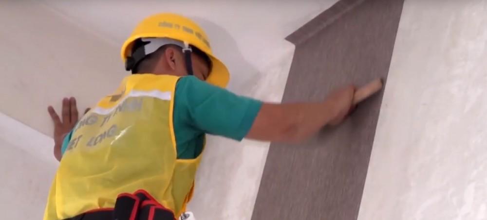 Làm phẳng bề mặt vải dán tường đã dán