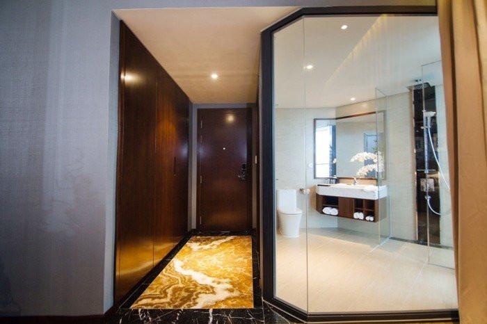 Không lạ khi vải dán tường sợi thủy tinh vẫn được thi công tại phòng vệ sinh tại các khu căn hộ cao cấp hiện nay
