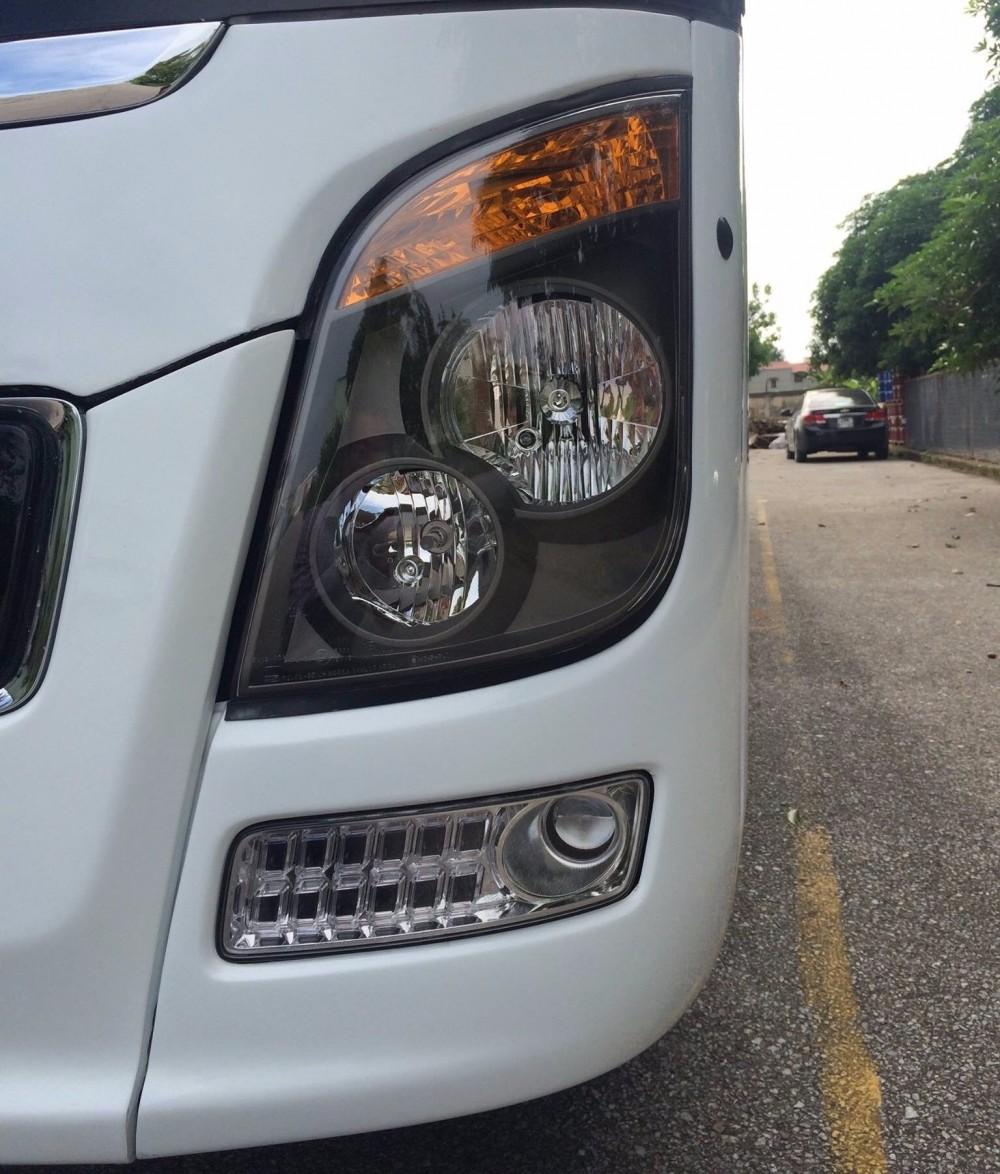 Đèn pha trước của xe