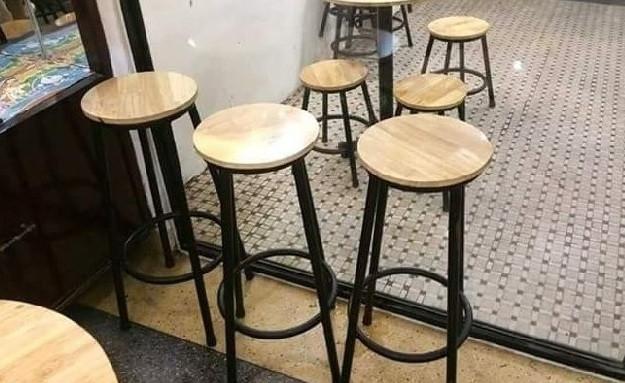 Có thể nói đây là mẫu bàn ghế cafe dễ tính nhất khi thích hợp với nhiều quán cafe. Tuy thiết kế vô cùng đơn giản nhưng nó tạo nên một không gian riêng, lãng mạn cho quán của bạn. Đây là sự lựa chọn của nhiều khách hàng đi một mình hay đi với bạn bè có sở thích ngắm cảnh phố phường.