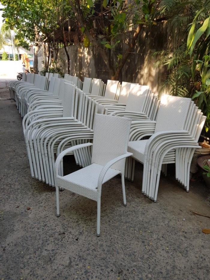 Được sử dụng ngoài trời, sản phẩm bàn ghế cần là các loại có độ bền cao, không dễ bị hư hỏng bởi nắng gió và các điều kiện khác bên ngoài. Đồng thời sản phẩm cũng cần phải được dễ dàng di chuyển, thay đổi vị trí cũng như cách sắp xếp linh hoạt bởi không gian ngoài trời là không gian mở, luôn có sự thay đổi thường xuyên theo ý chủ nhân. Bàn ghế ngoài trời nhựa giả mây chính là một trong cách lựa chọn được yêu thích nhất bởi nó có nhiều ưu điểm vượt trội, chất lượng, giá cả hay về độ bền.