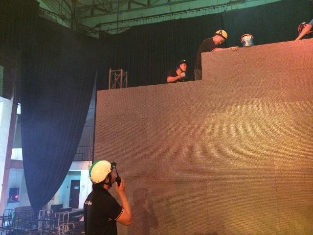 Nhân viên kỹ thuật Màn hình Led Âu Lạc thi công lắp đặt màn hình Led cỡ lớn trong nhà cho khách hàng