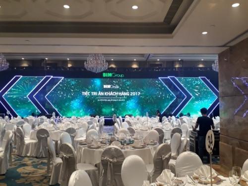 Cho thuê màn hình Led cỡ lớn sân khấu tiệc tri ấn khách hàng của doanh nghiệp tại TPHCM - thi công lắp đặt bởi Màn hình Led Âu Lạc (Alta Media)