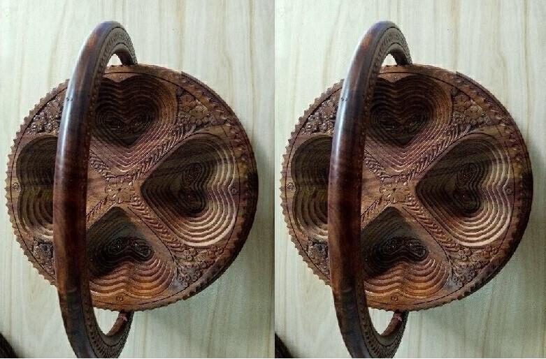 Một khay gỗ đựng bánh kẹo vô cùng đơn giản với nhiều ngăn tiện dụng và với hình tròn, hình trái tim độc đáo