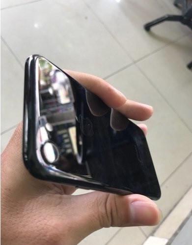 Kiểm tra hình thức bên ngoài iphone 7 xách tay