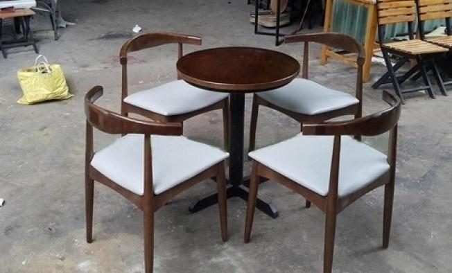 5 mẫu bàn ghế nhựa chân gỗ giá rẻ