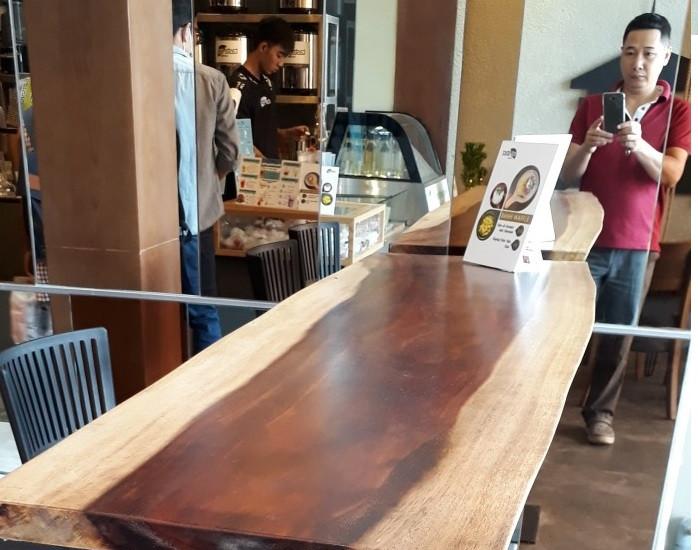Cách phân biệt mặt bàn gỗ nguyên tấm làm từ gỗ me tây thật giả