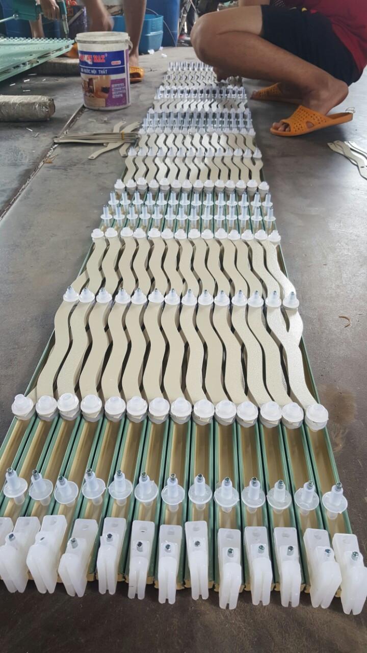 Nhựa liên kết các chi tiết làm từ chất liều nhựa nguyên sinh trắng, trong, dẻo
