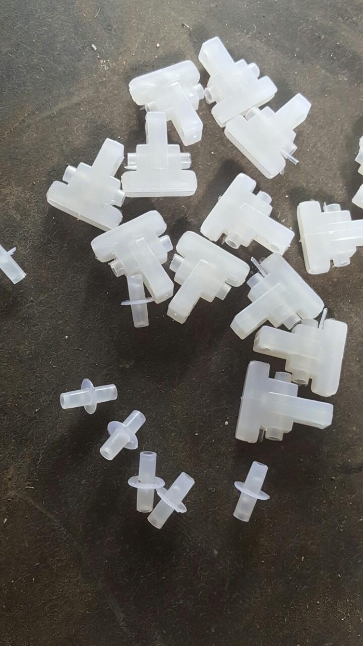 Nhựa liên kết các chi tiết làm từ chất liều nhựa nguyên sinh trắng, trong, dẻo(1)