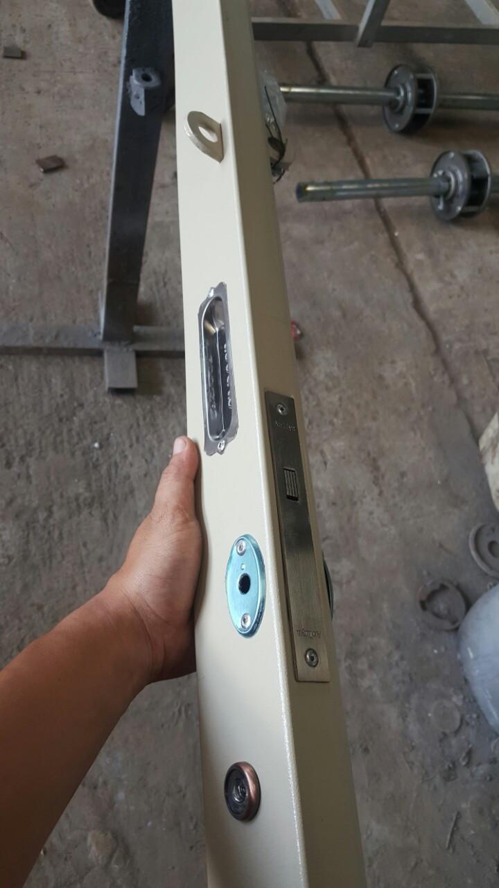 Tay hộp đặc biệt, chống bẻ bát khóa, không nẹp đảm bảo thẩm mỹ cho bộ cửa; khóa bốn chấu chắc chắn, an toàn