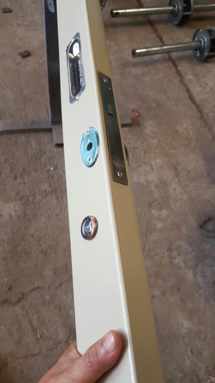 5.Tay hộp đặc biệt, chống bẻ bát khóa, không nẹp đảm bảo thẩm mỹ cho bộ cửa; khóa bốn chấu chắc chắn, an toàn(1)