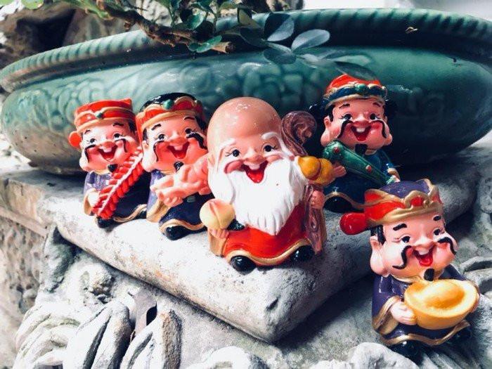 """Bộ tượng 5 ông thần tài ngộ nghĩnh trang trí ô tô, bàn làm việc """"đốn tim"""" giới trẻ Sài Gòn"""