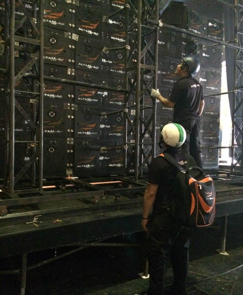 Nhân viên kỹ thuật lắp đặt cho thuê màn hình Led P4 tại TPHCM