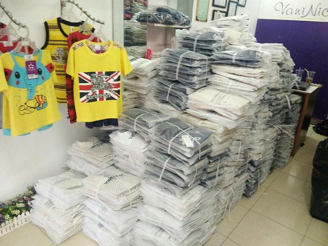 Lô hàng áo sơ mi đồng phục đã được hoàn thành chờ đóng gói giao khách hàng