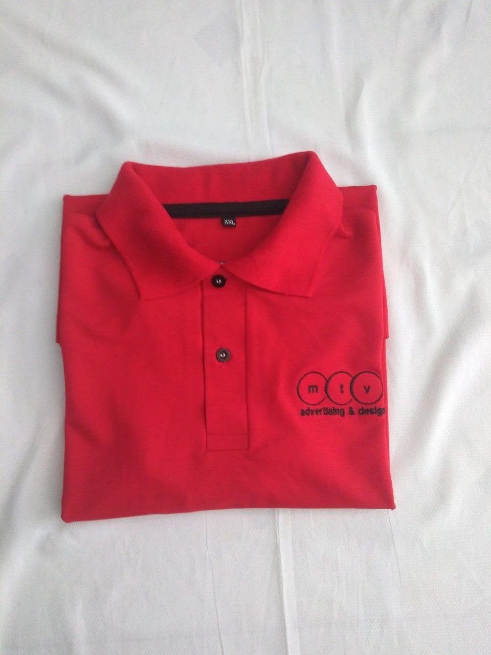 Thành phẩm may áo thun đồng phục được xếp gọn trước khi đóng bao bì giao khách hàng