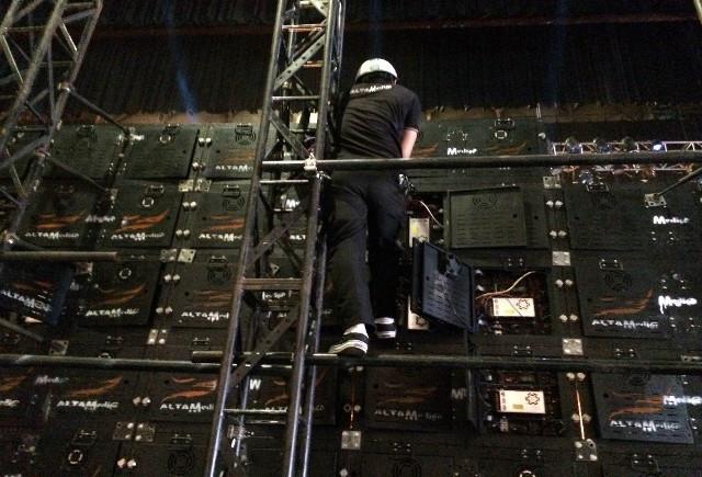 Nhân viên kỹ thuật lắp đặt màn hình Led sân khấu lớn