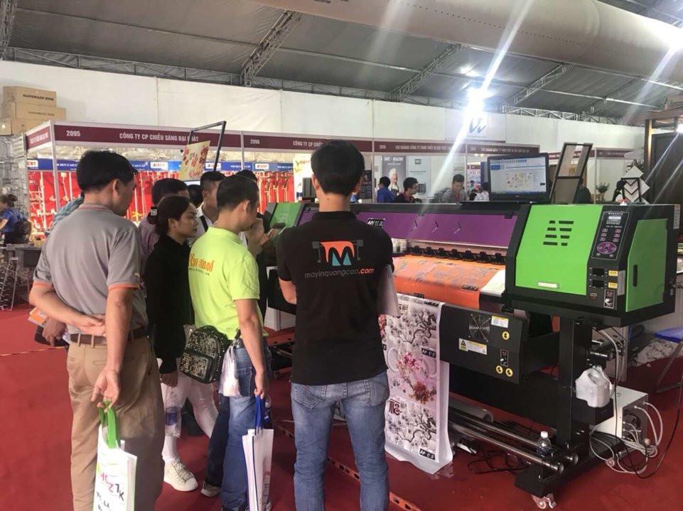 Không gian gian hàng máy in quảng cáo của Côgn ty TNHH MayInQuangCao.com tại sự kiện Vietbuid 2018 lần thứ nhất - đông đảo khách tham quan các dòng máy in decal, máy in bạt, máy in PP của chúng tôi