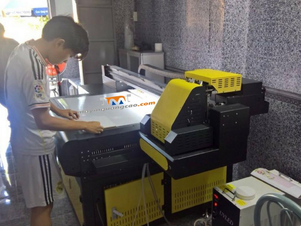 Khách hàng học sử dụng máy in UV khổ nhỏ - dòng máy hiện được phân phối bởi Công ty TNHH MayInQuangCao.com