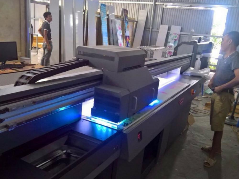 Quá trình máy in UV phẳng khổ lớn chạy đơn hàng in gạch 3D
