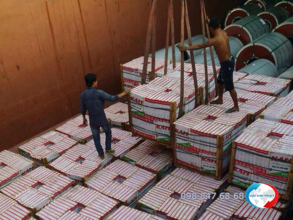 Bốc xếp hàng gạch trang trí, sắt thép xây dựng lên sà lan vận chuyển hàng đi Campuchia