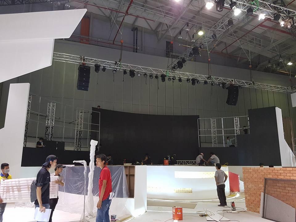 Nhân viên kỹ thuật lắp đặt màn hình Led trong nhà - màn hình Led hội trường - dòng màn hình Led sân khấu cỡ lớn trong nhà