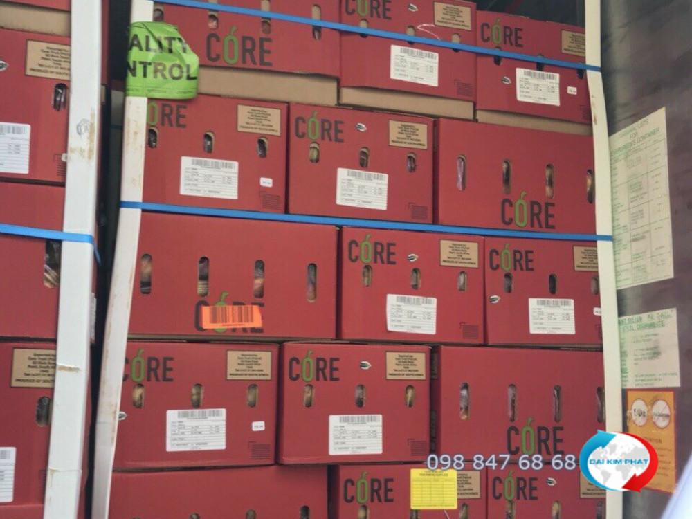 Kiện hàng trái cây tươi về cảng tại TPHCM - cung cấp bởi Dịch Vụ Hải Quan Trọn Gói - XNK Đại Kim Phát