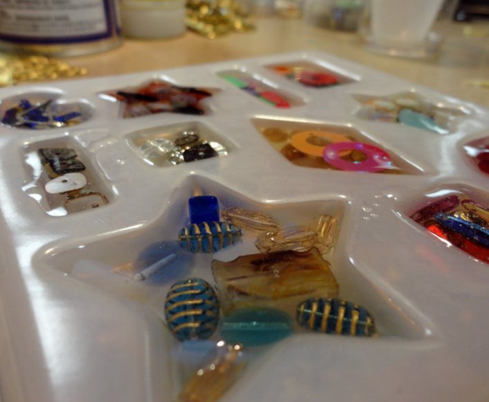 Cách đổ keo epoxy resin nhựa dẻo trong suốt làm huy hiệu logo nhựa nổi cài áo(1)