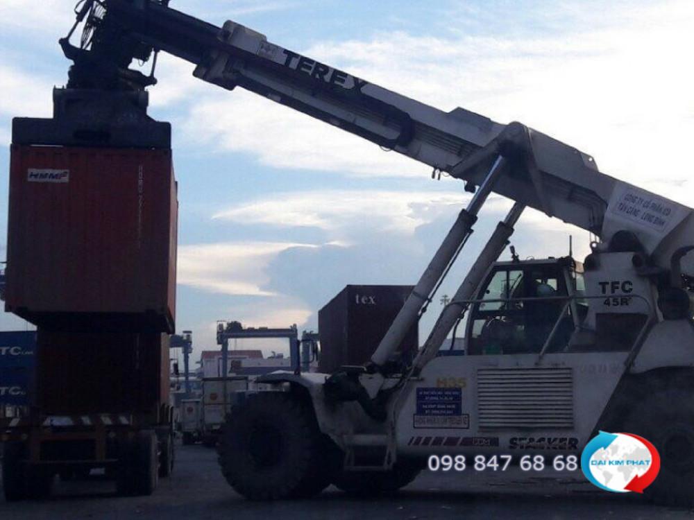 Quá trình bốc xếp container lên xe tải vận chuyển từ cảng về kho