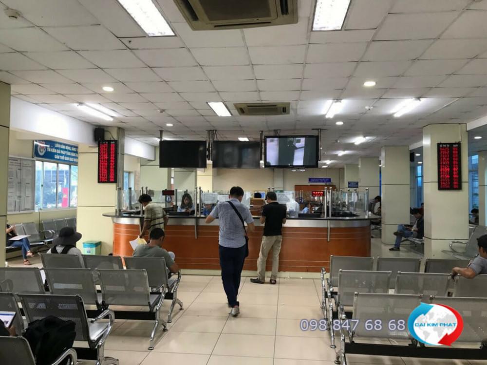 Nhân viên Dịch Vụ Hải Quan Trọn Gói - XNK Đại Kim Phát thực hiện khai báo thủ tục hải quan cho đơn hàng dịch vụ Door to Door