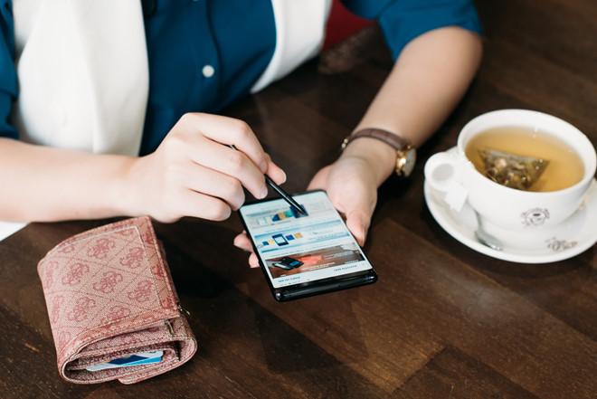 Rủi ro vô hình khi đưa thẻ cho nhân viên nhà hàng thanh toán