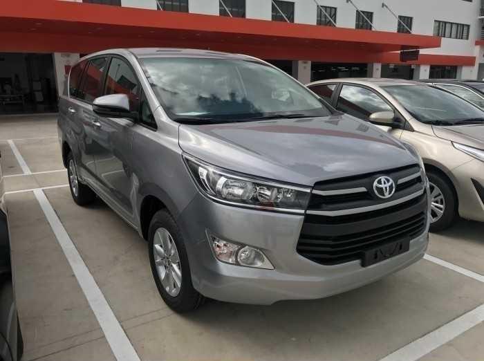 """Sau 12 năm có mặt tại Việt Nam, dòng xe Toyota Innova đã và đang chứng minh vị thế là một trong những chiếc xe đa dụng MPV được ưa chuộng nhất trên thị trường. Là một trong những chiếc xe đạt kỹ lục doanh số bán ra, với giá trong tầm 800 triệu, thiết kế tổng thể vững chãi mà không kém phần sang trọng, mang đậm dấu ấn trẻ trung và thể thao. Do đó, không khó hiểu khi Toyota Innova đã trở thành """"chiếc xe cho mọi gia đình"""", sẵn sàng lăn bánh trên khắp nẻo đường của đất nước(1)"""