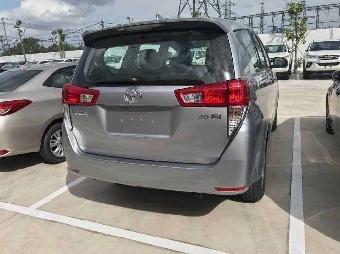 """Sau 12 năm có mặt tại Việt Nam, dòng xe Toyota Innova đã và đang chứng minh vị thế là một trong những chiếc xe đa dụng MPV được ưa chuộng nhất trên thị trường. Là một trong những chiếc xe đạt kỹ lục doanh số bán ra, với giá trong tầm 800 triệu, thiết kế tổng thể vững chãi mà không kém phần sang trọng, mang đậm dấu ấn trẻ trung và thể thao. Do đó, không khó hiểu khi Toyota Innova đã trở thành """"chiếc xe cho mọi gia đình"""", sẵn sàng lăn bánh trên khắp nẻo đường của đất nước.(2)"""