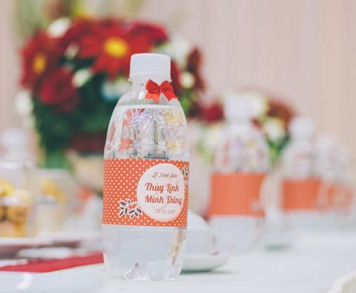 Chai nước suối in tên cô dâu chú rểv 8