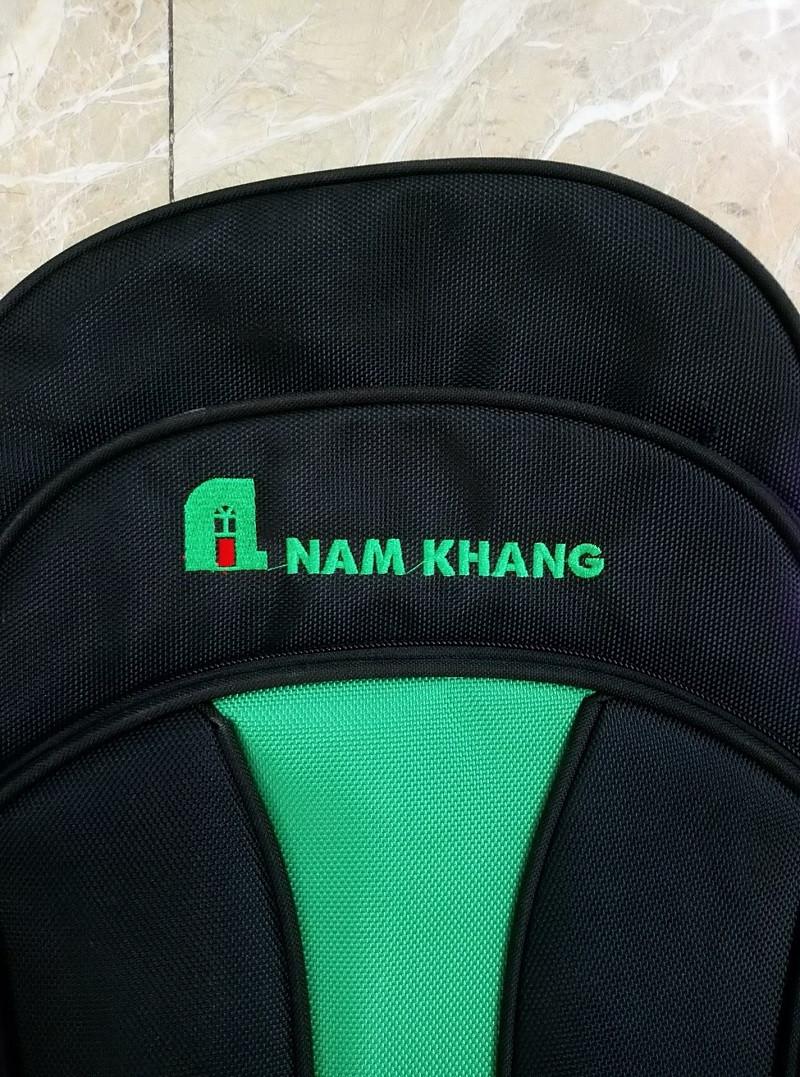 Balo quảng cáo Nam Khang sử dụng thêu nổi logo với màu sắc trùng với màu logo