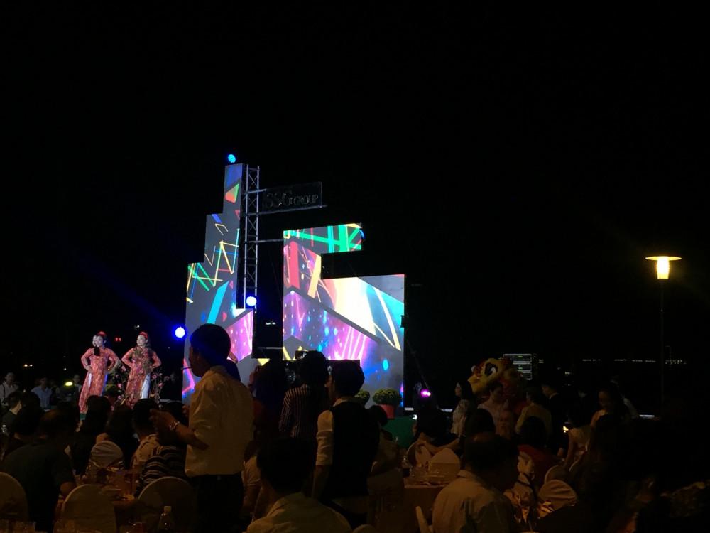 Không còn là màn hình Led hình chữ nhật khổ rộng như bạn thường thấy - màn hình Led sân khấu sự kiện lần này của SSG Group chọn là màn hình Led mô hình hiện đại - đặt theo thiết kế riêng