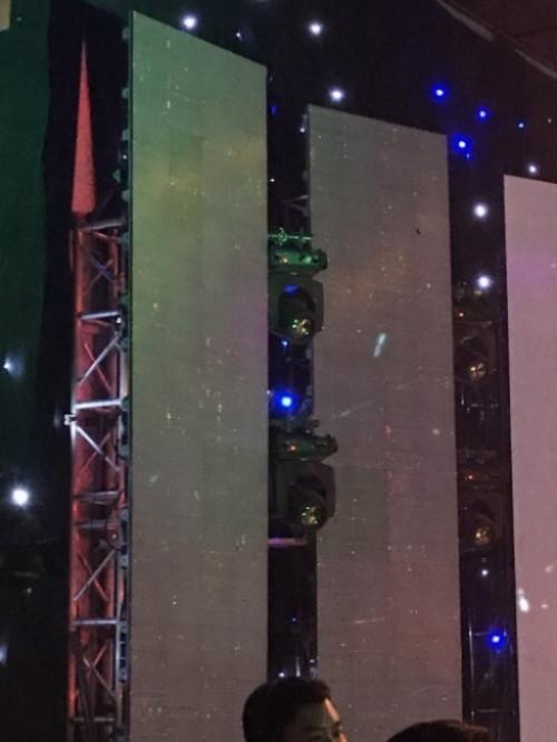 Từng module màn hình Led được lắp đặt cẩn thận, đảm bảo yếu tố an toàn, chắc chắn, giúp sân khấu tiệc tất niên hoàn thành tốt nhất nhiệm vụ của mình