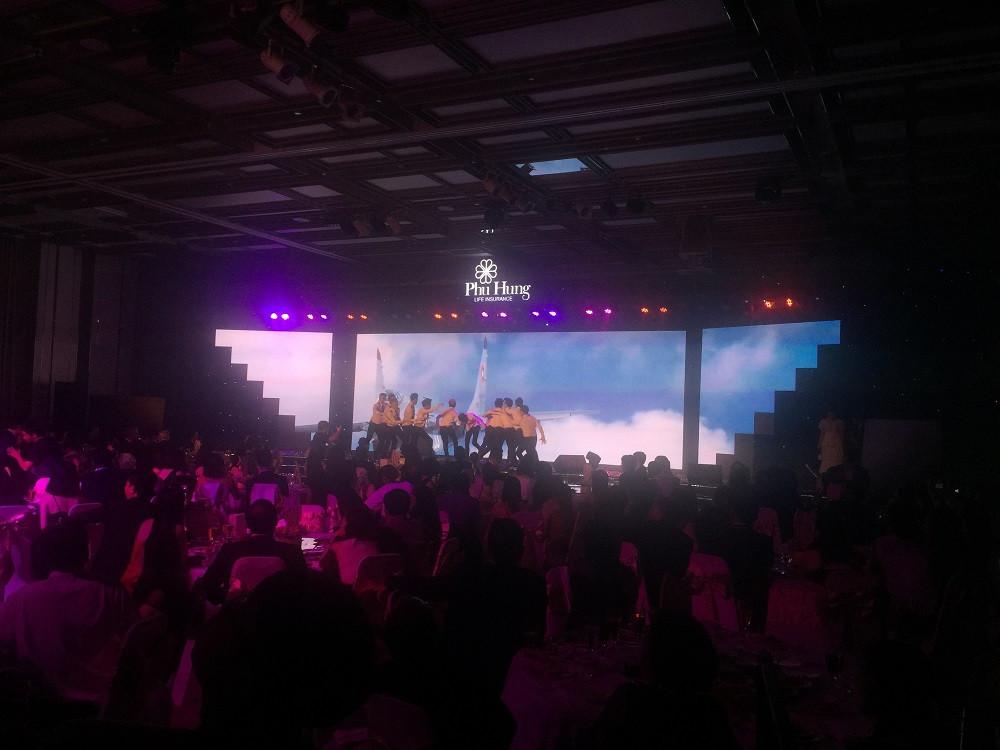 Không còn là màn hình Led hình chữ nhật khổ rộng như bạn thường thấy - màn hình Led sân khấu sự kiện lần này của Công ty Phú Hưng Life chọn là màn hình Led mô hình hiện đại - đặt theo thiết kế riêng