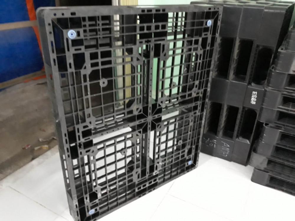 kích thước pallet nhựa cũ 1200x1000x120mm màu đen
