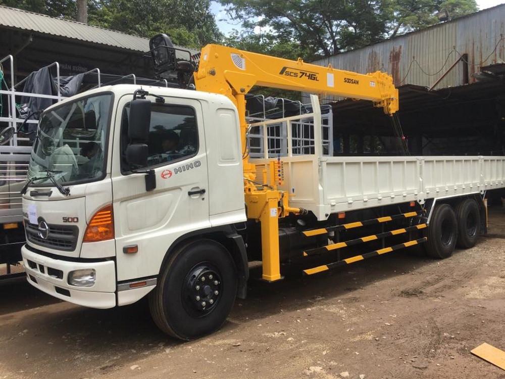 Giá xe tải Hino 16 tấn thùng lửng gắn cẩu
