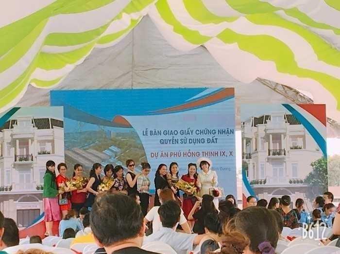 Niềm vui của khách hàng khi chủ đầu tư Phú Hồng Thịnh trao sổ hồng trước thời hạn