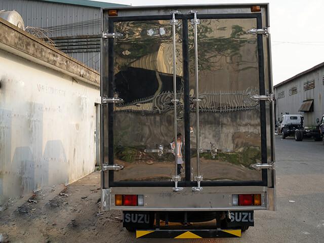 Giá xe tải Isuzu 2.4 tấn thùng kín(4)