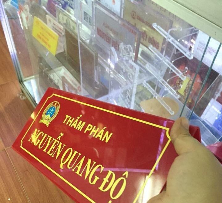 Kệ chức danh để bàn giá rẻ tiện lợi sang trọng  tại Quảng Cáo Livina(1)