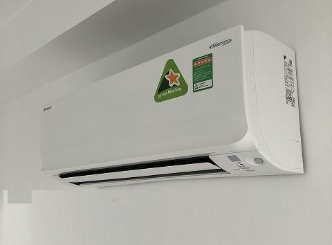Máy lạnh treo tường Daikin nào mới giá rẻ, nhưng chất lượng sử dụng tốt, hoạt động tiết kiệm điện, thẩm mỹ cao và an toàn cho sức khỏe người tiêu dùng? Trên thị trường Việt Nam các dòng sản phẩm từ Daikin luôn nhận được sự ủng hộ nhiệt tình từ phía người tiêu dùng. Bộ Máy lạnh treo tường Daikin cũng là một trong những sản phẩm được yêu thích hiện nay - là sự lựa chọn tối ưu cho mỗi gia đình(2)
