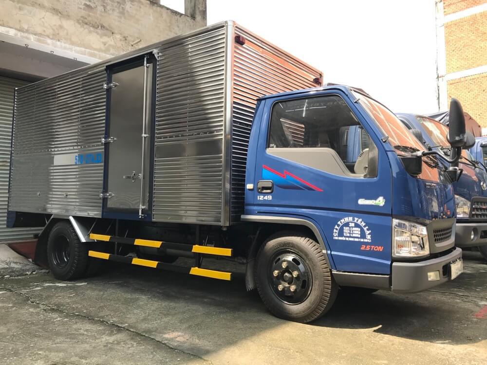 Giá xe tải 2.5 tấn Hyundai IZ49 thùng kín