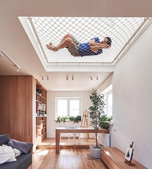 Lưới an toàn dù trắng che chắn trần nhà, lấy ánh sáng tự nhiên