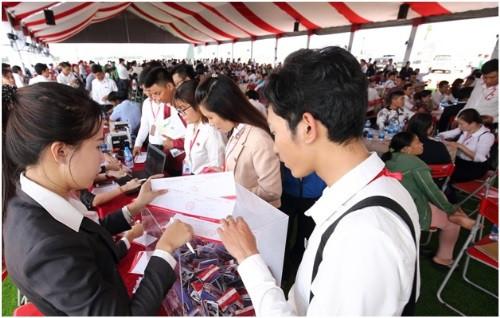 Cát Tường Phú Hưng tiếp đón hàng trăm lượt khách hàng tham quan mỗi tuần.