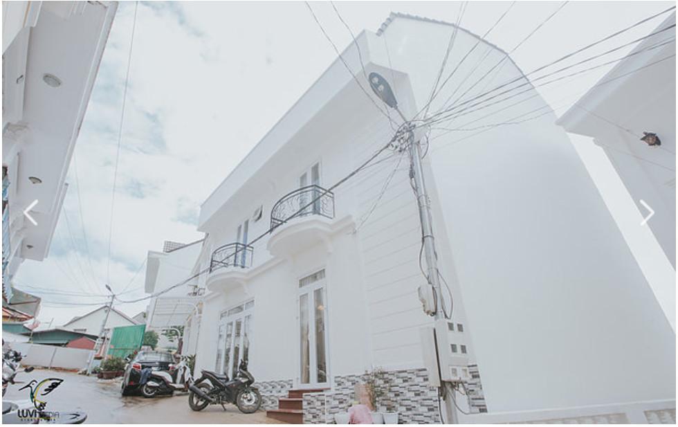 Uyên Khang Villa 4 Tọa lạc tại 121/6 Cổ Loa ( đường xe 16 chỗ ), cách trung tâm chợ chỉ 1,8km, vị trí thuận lợi cho việc tham quan các điểm du lịch như vườn hoa Đà Lạt, nhà thờ Domaine, quán caphe Bích câu