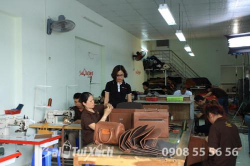 Nữ doanh nhân Thu Sương kiểm tra các công đoạn gia công sản phẩm da tại xưởng