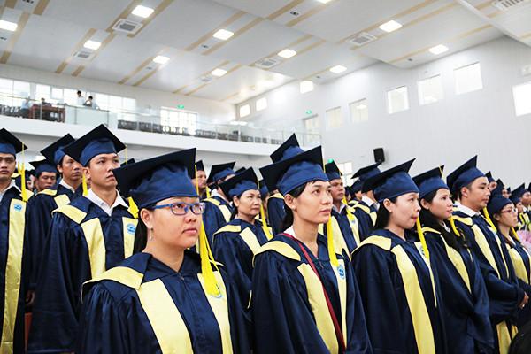 May và cho thuê lễ phục tốt nghiệp đại học số lượng lớn(2)